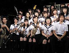 矢口史靖監督(前列左端)ほか、 主演・上野樹里(前列左より4人目)ら バンドメンバーが勢揃い