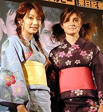 日米アイドルが浴衣で対面。「ロズウェル」ヒロイン来日