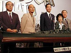 (左より)坂上順・東映常務、佐藤純彌監督、 角川春樹、辺見じゅん、高岩淡・東映会長