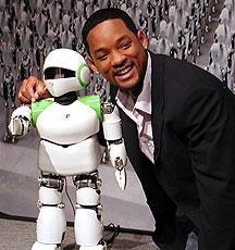 作品にちなんで会場に現れた ロボット「PINO」とウィル・スミス「アイ,ロボット」
