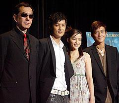 (左より)アンソニー・ウォン、ショーン・ユー 花束贈呈役の加藤ローサ、エディソン・チャン「インファナル・アフェア」