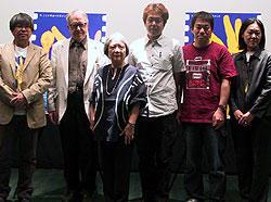会見に出席した審査員長ドナルド・リチー(左より2人目)、 塩田明彦監督(左より4人目)ら「カナリア」