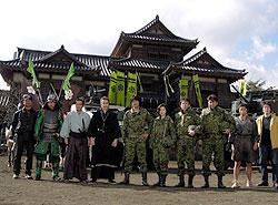 天雲城の前に並ぶ手塚監督(左端)、出演者ら「戦国自衛隊」