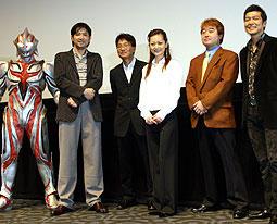 (左より)ULTRAMAN、別所哲也、 小中和哉監督、遠山景織子ら「ULTRAMAN(2004)」