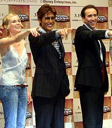 日本で宣伝プロデューサーを務める 新庄剛志選手(中央)が来場、 ケイジ(右)、クルーガーらと写真撮影「ザ・ロック」
