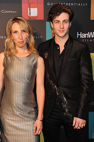 ジョン・レノン映画の女性監督、23歳年下の主演俳優の子どもを妊娠!
