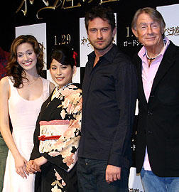 (左より)エミー・ロッサム、上原多香子、 ジェラルド・バトラー、ジョエル・シュマッカー監督