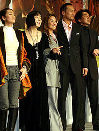 (左より)コン・リー、桃井かおり、ミシェル・ヨー、 渡辺謙、役所広司「SAYURI」