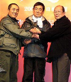 (左より)チャン・イーモウ監督、高倉健、降旗康男監督「HERO」