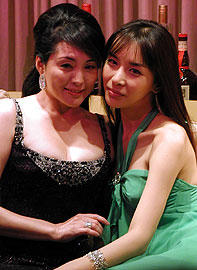 会見場も桃色に… (左より)松坂慶子、ハリス「美少年の恋」
