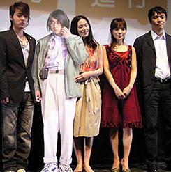 (左より)山田孝之、中谷美紀、国仲涼子、村上正典監督「電車男」