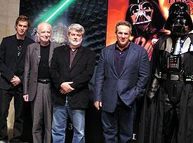 会見場にはもちろんベイダー卿の姿も (左より)クリステンセン、マクダーミド、ルーカス監督、 プロデューサーのリック・マッカラム