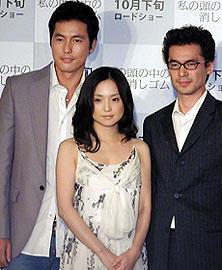 韓国では既に不動の人気を誇るという チョン・ウソン(左) 会見でイ・ジェハン監督(右)、永作博美と「ラブストーリー」