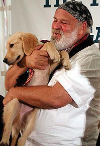 会見中も愛犬を抱えていた ブルース・ウェーバー「トゥルーへの手紙」