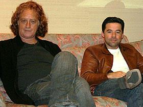ルイス・マンドーキ監督(左)と脚本家オスカー・トレス「イノセント・ボイス 12歳の戦場」