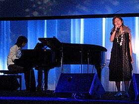 主題歌「プラットホーム」を披露した小林武史とSalyu「プラットホーム」