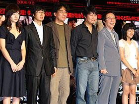 一家総出で来日キャンペーン (左から)ペ・ドゥナ、パク・ヘイル、ポン・ジュノ監督、 ソン・ガンホ、ヒョン・ヒボン、コ・アソン