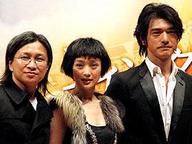 2人の歌声にも期待「ウィンター・ソング」 (左から)ピーター・チャン監督、ジョウ・シュン、金城武「ウィンター・ソング」
