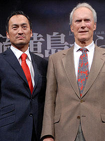 (左から)渡辺謙、クリント・イーストウッド監督「父親たちの星条旗」