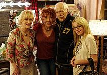 「今宵、フィッツジェラルド劇場で」(仮題)より (左から)メリル・ストリープ、リリー・トムリン、 故ロバート・アルトマン、リンジー・ローハン「M★A★S★H マッシュ」