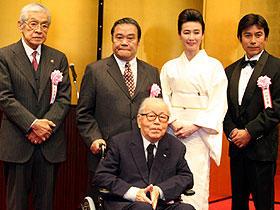 (左から)三國連太郎、西田敏行、市川崑監督、萬田久子、丹波義隆