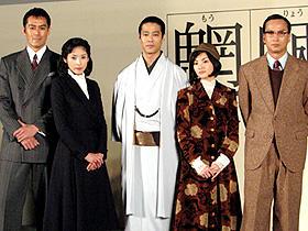 劇中の衣裳で登場した出演者たち (左から)阿部寛、黒木瞳、堤真一、田中麗奈、椎名桔平