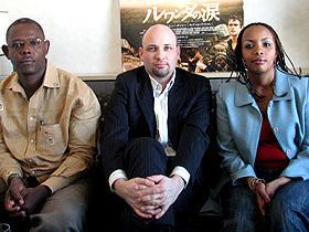 (左から)ジャン=ピエール・カザフツ氏、ジェームス・M・スミス氏、 ベアタ・ウワザニンカさん「ルワンダの涙」