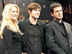 (左から)マーサ・デ・ラウレンティス、 ギャスパー・ウリエル、ピーター・ウェーバー監督「ハンニバル」