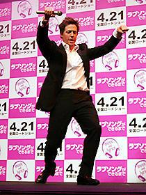ヒュー・グラントがジャパンプレミアで苦手なダンスを披露