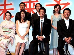 (前列左から)松坂慶子、松下奈緒、竹財輝之助、 原田泰造、(後列左から)加藤雅也、石黒賢、西田尚美
