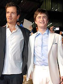 終始上機嫌だったダニエル・ラドクリフ(右) 左は製作のデビッド・ヘイマン「ハリー・ポッターと不死鳥の騎士団」
