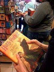 ファン待望のシリーズ最終巻 「ハリー・ポッターと死の秘宝」 (ロサンゼルスの書店にて)「ハリー・ポッターと謎のプリンス」