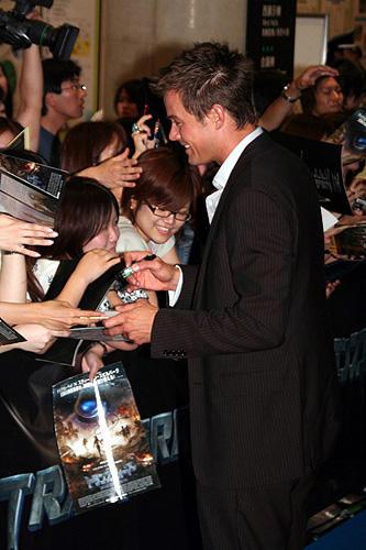 「トランスフォーマー」 7月24日 ジャパンプレミア ファンのサインに応じるジョシュ・デュアメル