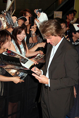 「トランスフォーマー」 7月24日 ジャパンプレミア ファンのサインに応じるマイケル・ベイ監督