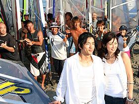 海の風やサーファーが2人を応援 (左から)大沢たかお、伊東美咲「Life 天国で君に逢えたら」