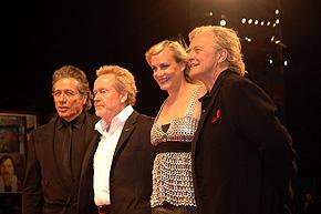 ベネチア映画祭「ブレードランナー ファイナル・カット」 上映会場に現れた監督のリドリー・スコット(左から2番目)ら「ファイナル・カット」