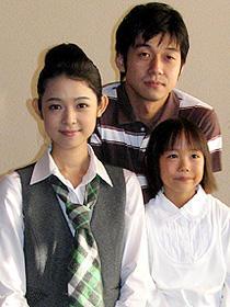 「晴れた日は図書館へいこう」 (左から)藤澤恵麻、深川栄洋監督、須賀さくら