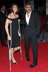 ジョージ・クルーニーがバイク事故で肋骨骨折!新恋人も骨折