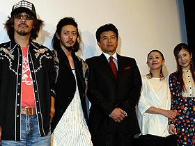 """作風とは違い、三木組現場は""""戦場""""? (左から)三木聡監督、オダギリジョー、三浦友和、 小泉今日子、吉高由里子"""