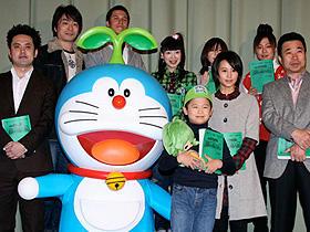 (前列左から)有田哲平、吉越拓矢、堀北真希、三宅裕司「映画ドラえもん のび太と緑の巨人伝」