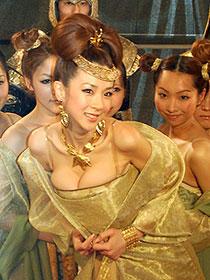 「もっと丈を短く!」ほしのあきが「王妃の紋章」イベントで豪華衣装