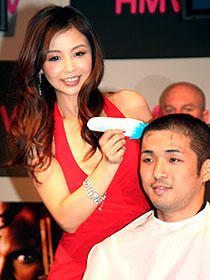 インリン、男性の頭を刈り上げ「気持ちいい」。映画「ヒットマン」イベント
