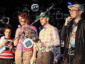 全英ナンバーワンのロックバンドが「鷹の爪」試写会でライブ!