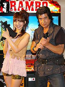 アクションスター藤岡弘、がゲーム「ランボー」に闘争本能むき出し