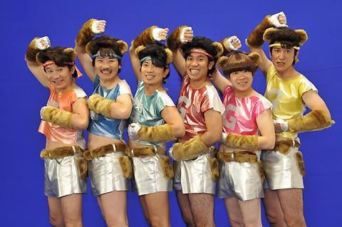 世界のナベアツ率いる「紫SHIKIBU」、「Gフォース」応援歌で歌って踊る