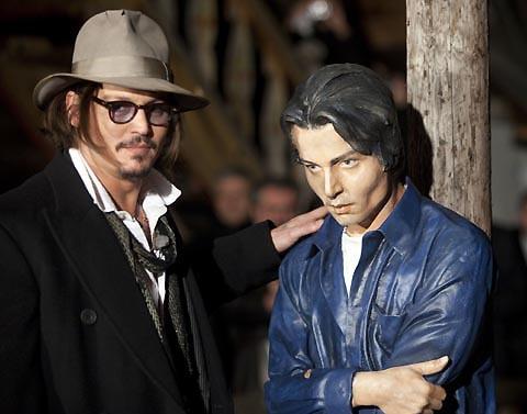 ジョニー・デップ、セルビア映画祭でまったく似てない自分の彫像とポーズ