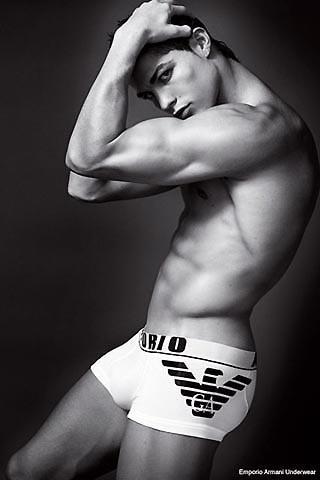 クリスティアーノ・ロナウドが自慢の腹筋を披露 アルマーニ下着広告が公開