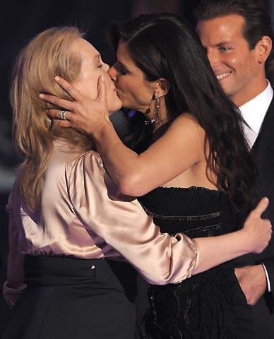 M・ストリープとS・ブロックが主演女優賞同時受賞で濃厚キス!