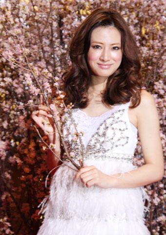 北川景子、藤沢周平の墓前に「花のあと」完成を報告
