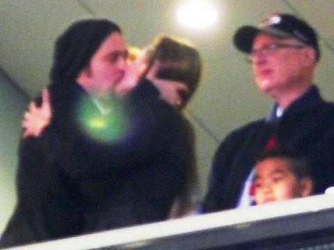 ブラピとアンジェリーナがスタジアムで濃厚キス!
